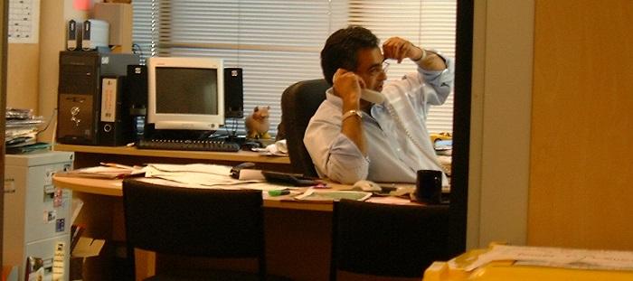 Angestellter telefoniert im Büro